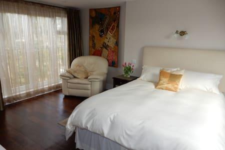 Luxury en-suite bedroom near Tube - Londra