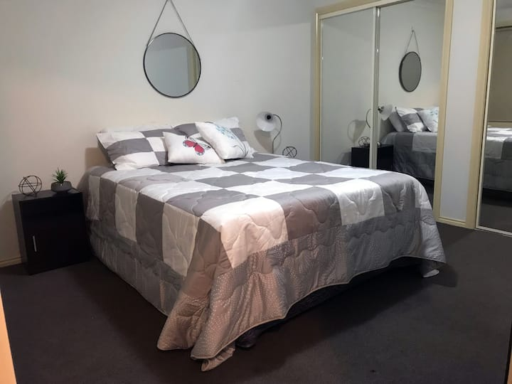 **Bespoke*PRIVATE ROOM* 5 mins to/from Airport