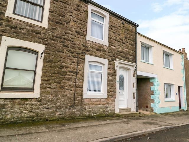 POTTERY COTTAGE, pet friendly, with a garden in Maryport, Ref 974986