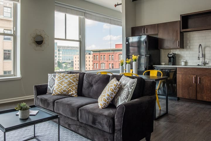 Airy + Adorable 2BR Apt in the Heart of the City