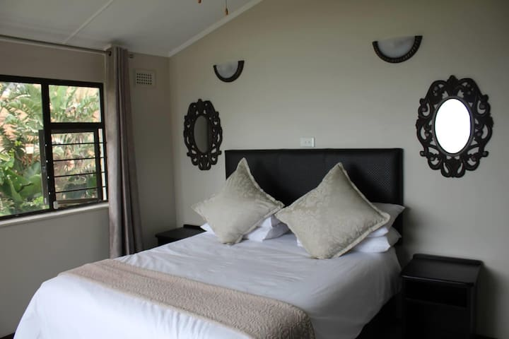 main bedroom with excellent seaviews, has a queen size bed