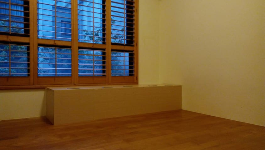 Wood floor bedroom, ideal for traveller with baby.