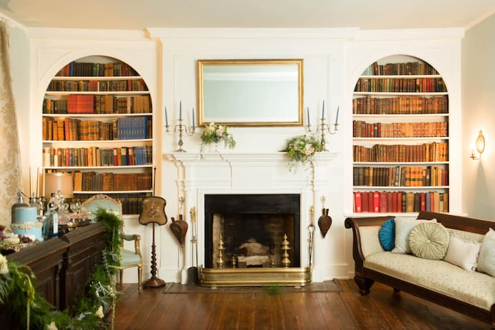 Historic Chilton House sleeps 10 w/Hot Tub & Patio