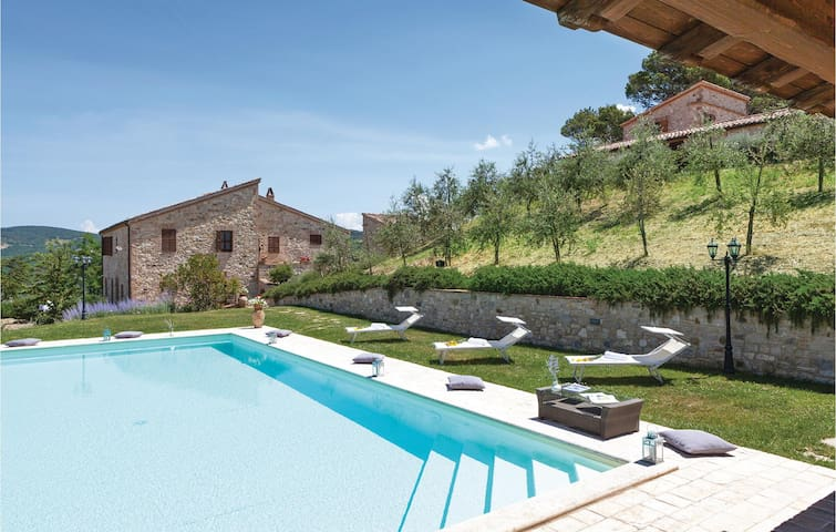 Holiday cottage with 5 bedrooms on 200m² in Petroro Todi PG