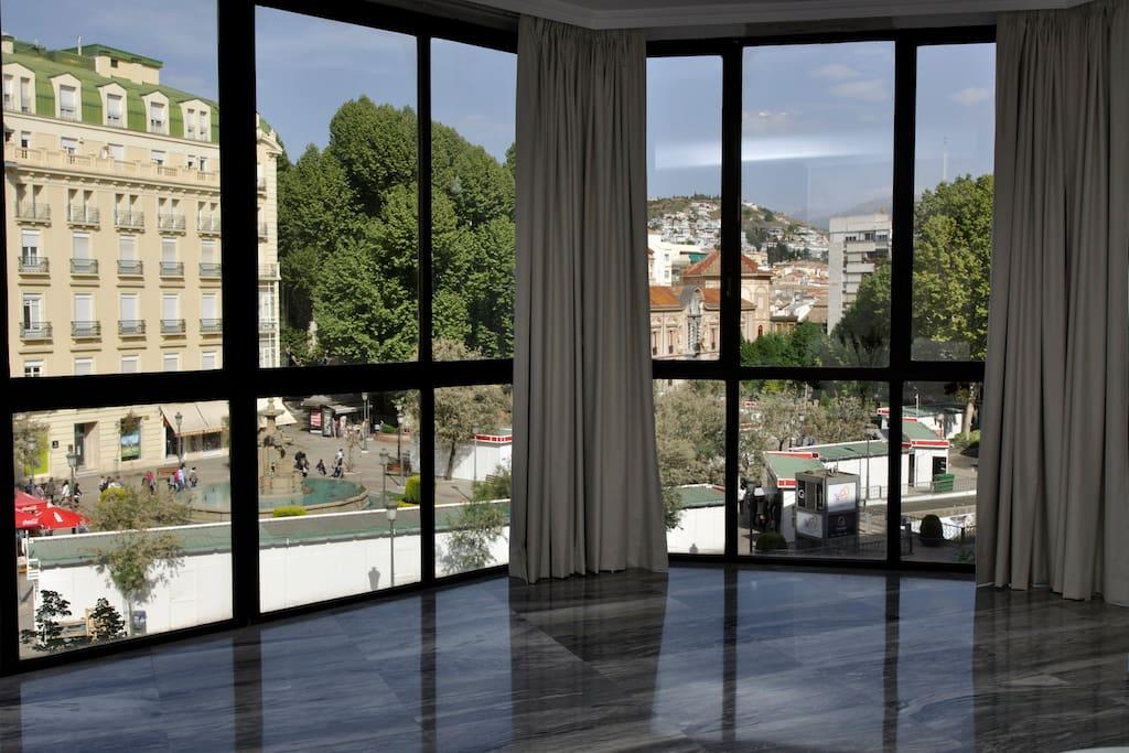 Vistas desde el salón a Puerta Real. En esta misma plaza hay un parking subterráneo (Puerta Real)