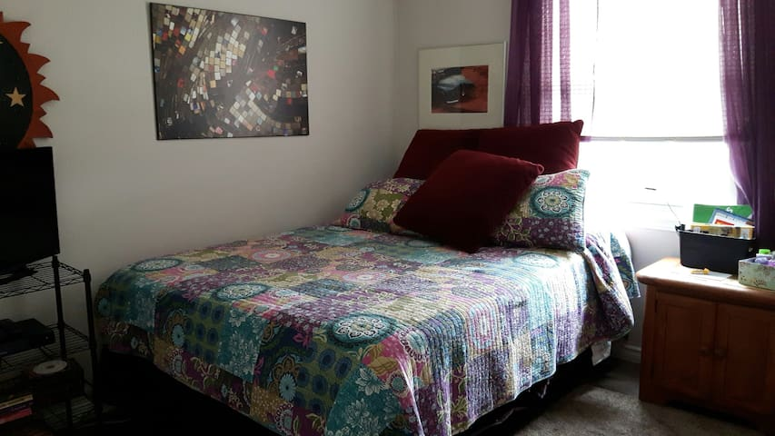 COMFY QUEEN BED AWAITS YOU!! - Brockville