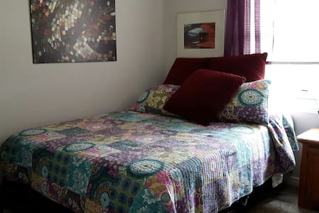 COMFY QUEEN BED AWAITS YOU!! - Brockville - Hus