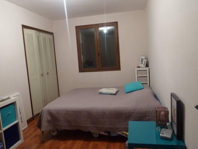 chambre spacieuse dans maison au calme