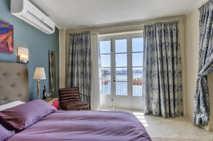 Senglea Fabolous Deluxe Suite with a seaview lippu