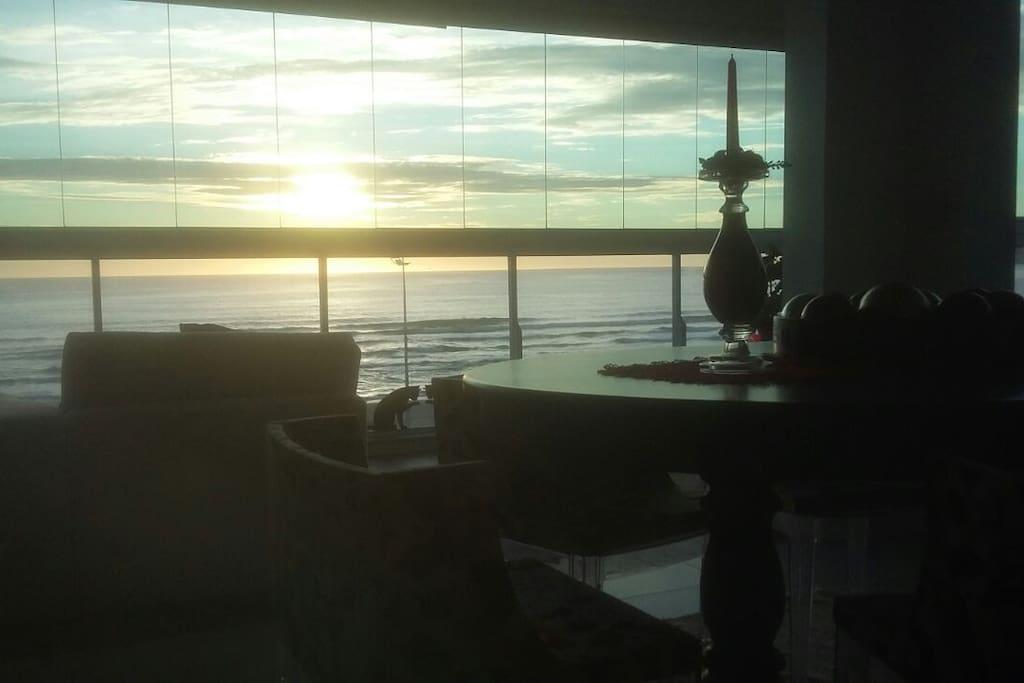 Vista do nascer do sol de dentro do apartamento