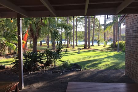 Comfortable & convenient lakeside accommodation - Elanora - Hus