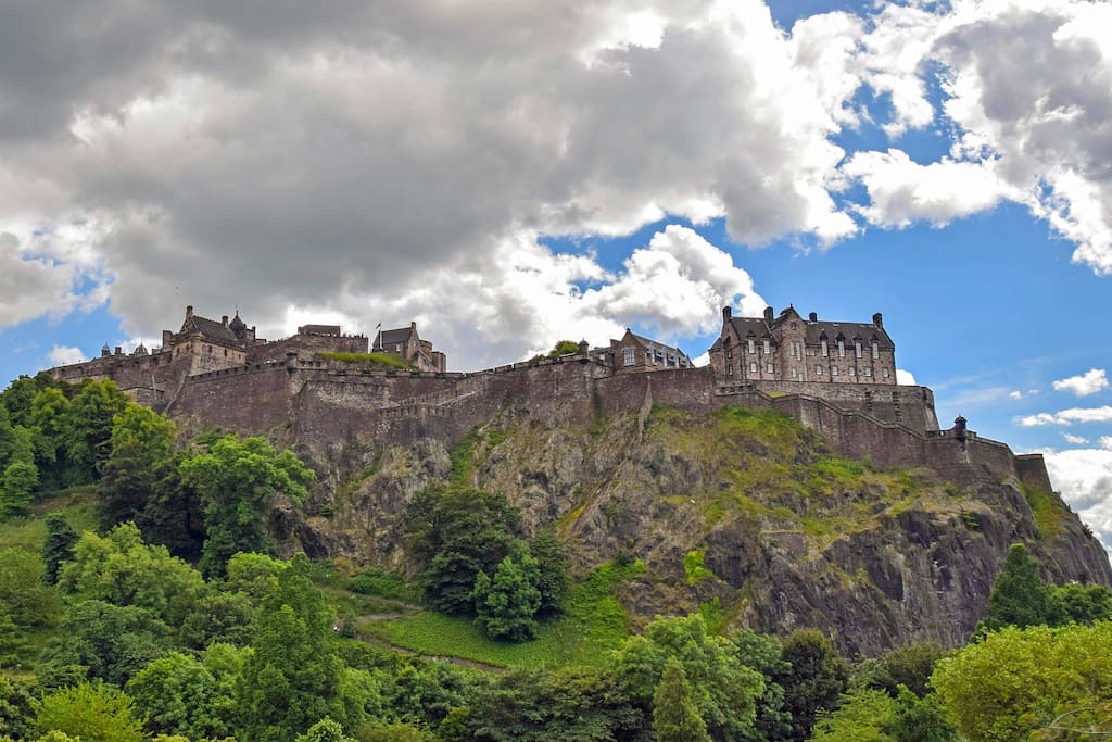 Our apartment is tucked underneath the majestic castle, in the old town of Edinburgh, very close to Princes St and the New Town.