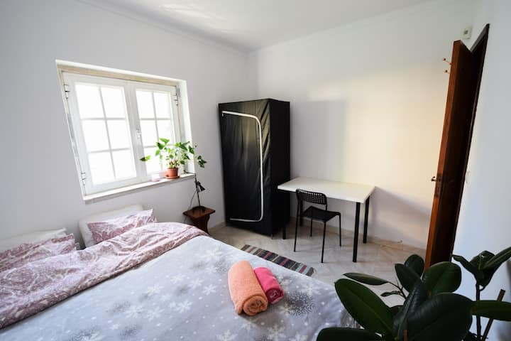Room with private bathroom, 4 minutes from metro