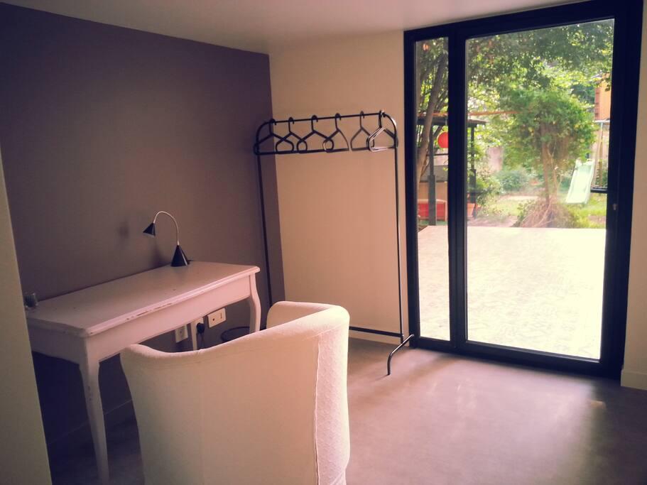 chambre cosy en rez de jardin c t soleil levant maisons louer le pr saint gervais le. Black Bedroom Furniture Sets. Home Design Ideas
