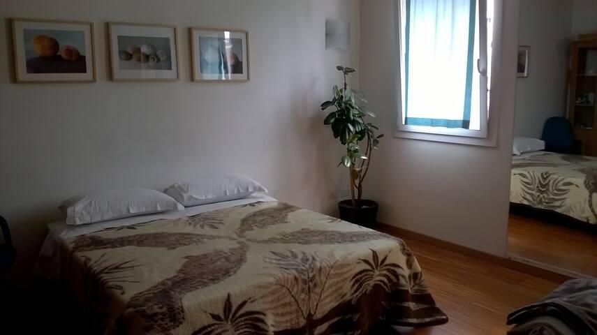 La stanza viola ampia e confortevole con bagno esterno riservato