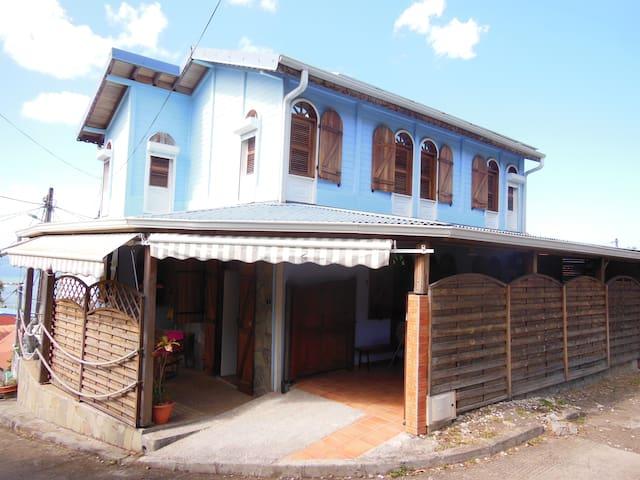 maison située dans un petit village de pecheur - Le Carbet - House