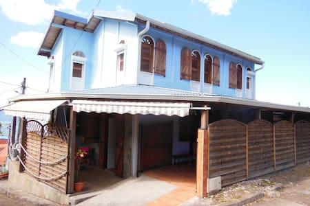 maison située dans un petit village de pecheur - Le Carbet