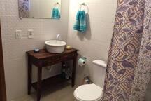 Banheiro, com chuveiro água quente, vaso sanitário.