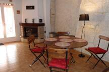salle à manger et coin cheminée
