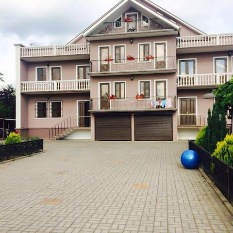 3 этажный дом со всеми удобствами - Kolkhida - Apartamento