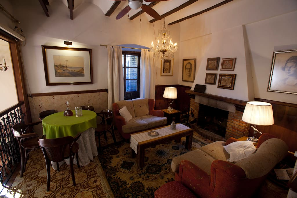 Uno de los salones con chimenea