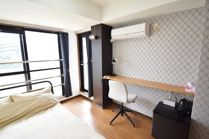 Bedroom and living room. You can look at the Kyoto-style scenery. There is also a view of the Takase River.
