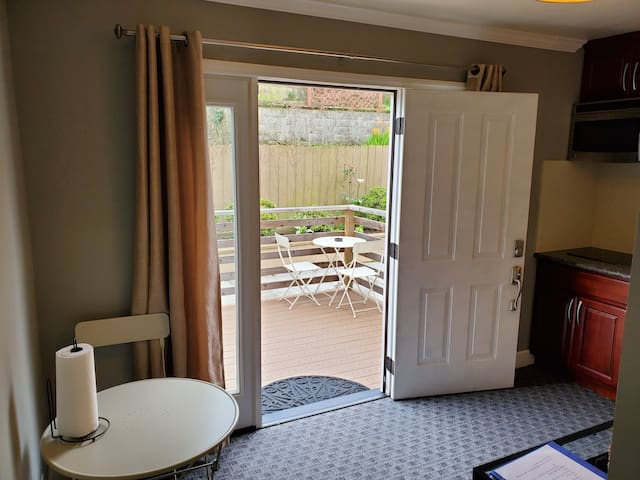 Newly remodeled guest suite w/ private entrance