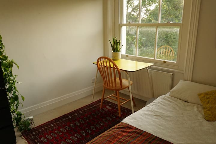 Lovely bright double room in Brockley Artists Flat