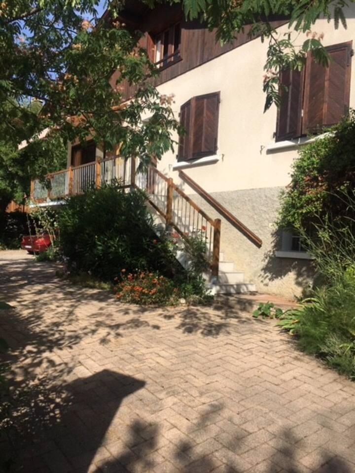 Gap, maison de ville de charme avec jardin clos