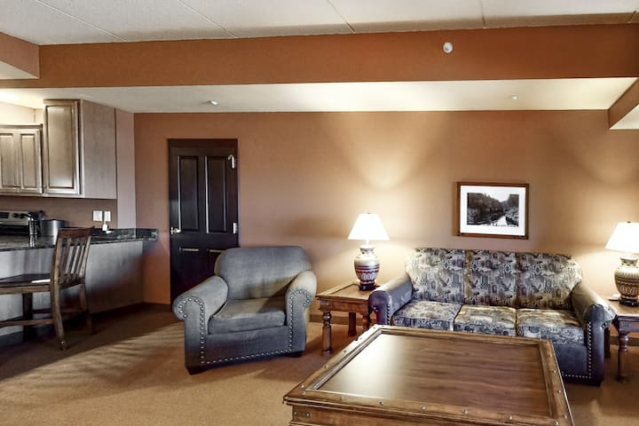 Deluxe condo w/ an in-room Jacuzzi, two gas fireplaces, a full kitchen, & WiFi