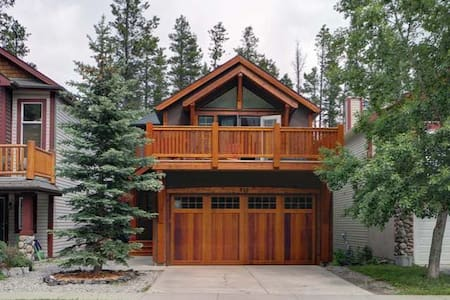 Rustic Mountain Getaway - Canmore