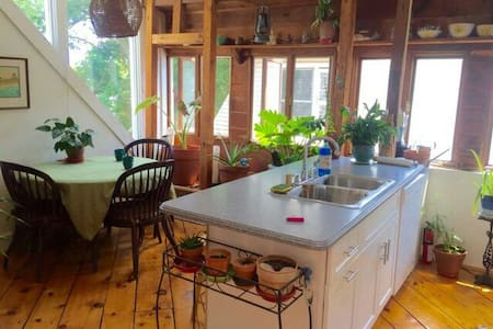 Sunny 2 BR w/ Loft, mins from Yale! - New Haven