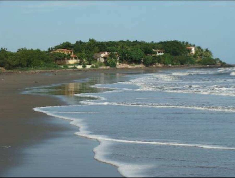 Amplia y segura playa, muy familiar