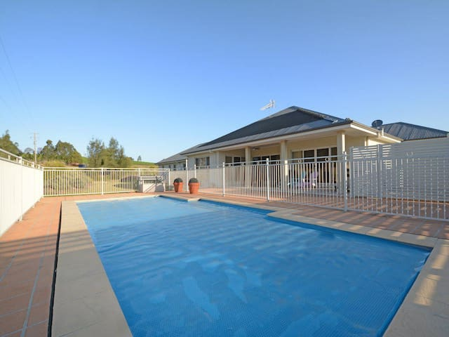 Silver Springs 6br Luxury Homestead with Wifi, Pool. Fireplace, Views, Olives and Space