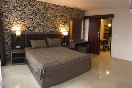 Cozy & Spacious 1 BR Apartment L'avenue - Pancoran - Apartmen