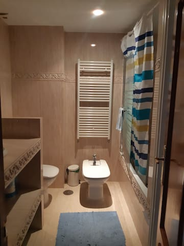 Habitaciòn doble 500€/mes. Agrega 1 cama, 100 màs