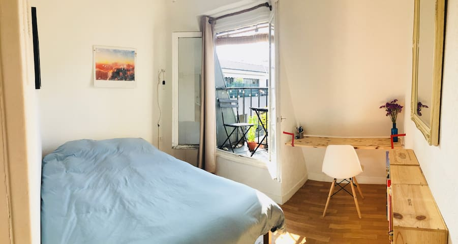 Sunny Home in Buttes Chaumont (special price)