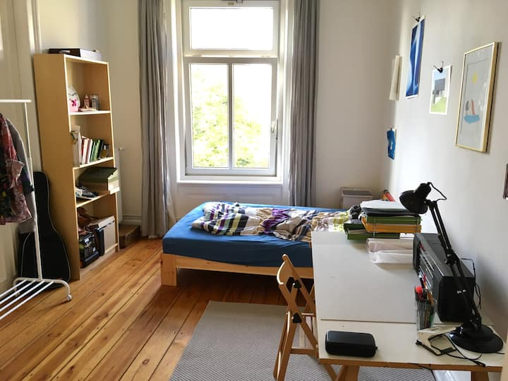 Gemütliches Zimmer in Altbauwohnung mit Top-Lage