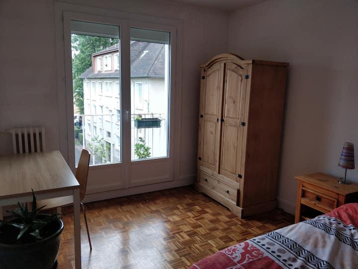 Chambre avec lit deux places, quartier saint Ouen