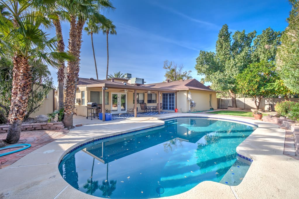 Beautiful upgraded pool with spacious sitting plan. Perfect for all family or friends get together.