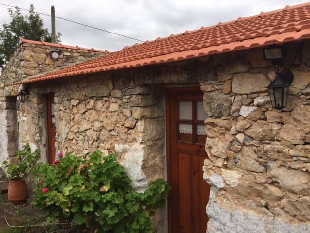 Cozy 2 bedrooms stone house - 10 km from Fátima - Alqueidão da Serra - Hus