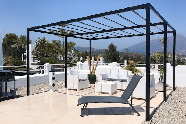 ROOFTOP BBQ MUSIC WIFI POOLS GOLF MARBELLA