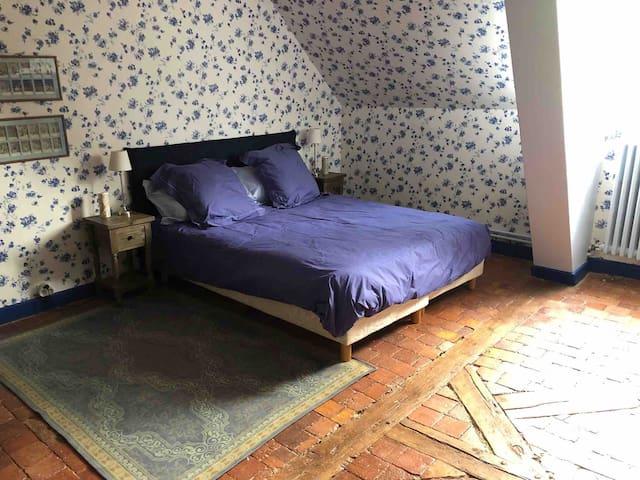 Chambre à l'étage avec un lit de 160 x200.