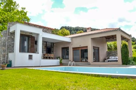 Peaceful and elegant villa, superb views & pool