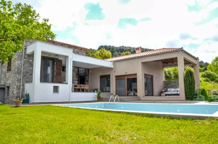 Peaceful and elegant villa, superb views & pool