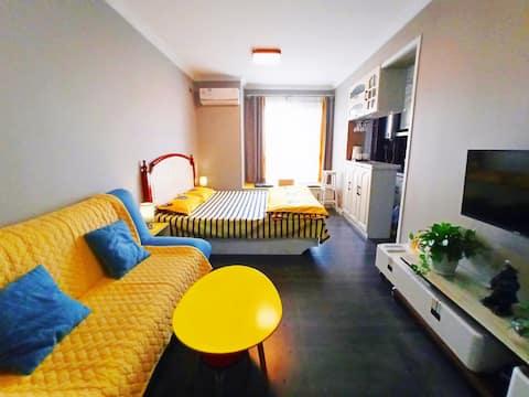 夕阳小筑日租民宿,毗邻海滨景区,可住2人,北欧简约精装情调房。