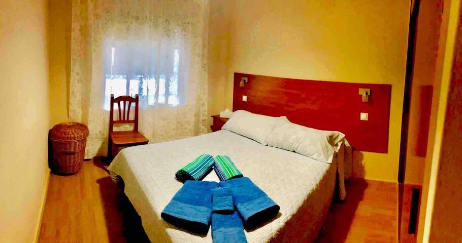 Habitación principal con toallas de baño y para la playa. Ropero y cesta para la ropa sucia.