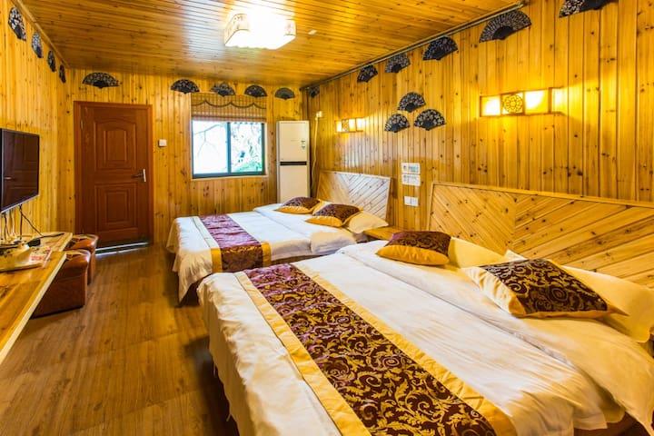 一楼家庭房两张1.5米的大床临河秋千阳台,房间设施齐全,独立卫生间,24小时热水,WiFi全覆盖。