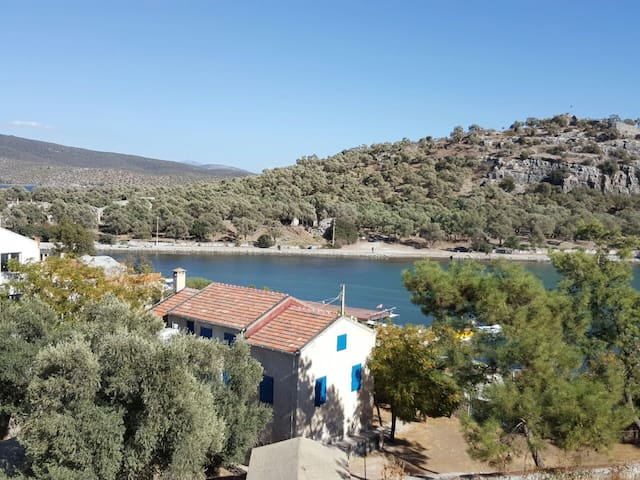 Lush Private Waterfront Villa in Historic Iasos - Milas - Hus