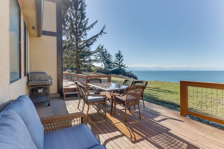 Large, family & dog friendly home w/ water view, sauna & WiFi!